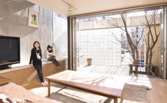 時間と光の変化を楽しむ空間で、子ども達がのびのび育つ家。