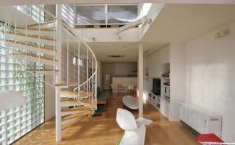 キラキラ明るい吹抜け空間が、コミュニケーションを育む家。