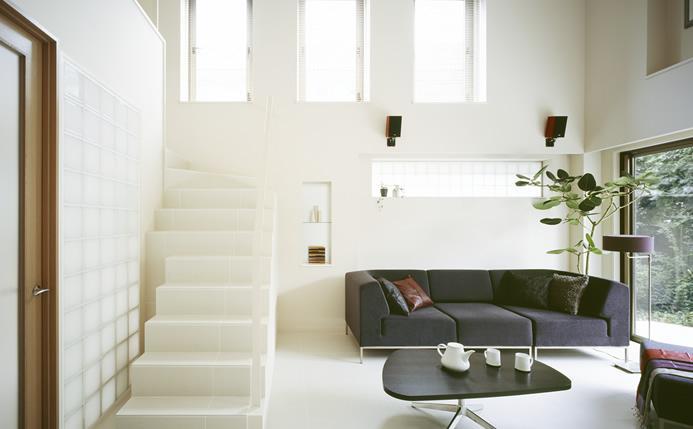 プライバシーと光を確保した空間で夫婦が安心して暮らす家。